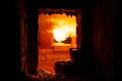 玻璃吹制熔炉在传统玻璃工厂 图库摄影