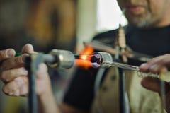 玻璃吹的车间 燃烧器 氖灯的生产 库存图片