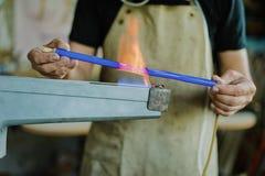 玻璃吹的车间 燃烧器 氖灯的生产 免版税库存照片
