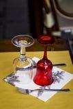 玻璃和利器在餐馆的表上 免版税库存图片