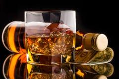 玻璃和威士忌酒瓶 库存图片