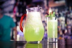 玻璃和投手新鲜的柠檬水 免版税库存照片