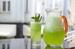 玻璃和投手新鲜的自创柠檬水 免版税库存图片