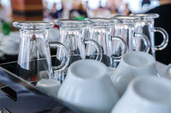玻璃和杯子在咖啡馆酒吧 免版税图库摄影