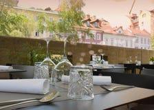 玻璃和桌设置在餐馆 免版税库存照片
