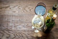 玻璃和瓶用红色和白葡萄酒 免版税库存照片