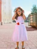 玻璃和礼服的街道时尚小女孩 免版税库存图片