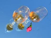 玻璃和红色玫瑰 库存照片