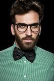 玻璃和蝶形领结的英俊的有胡子的人 库存照片