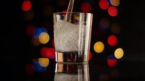 玻璃和酒吧光