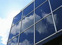 玻璃和金属一个现代大厦的墙壁与反射 图库摄影