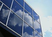 玻璃和金属一个现代大厦的墙壁与反射 库存照片