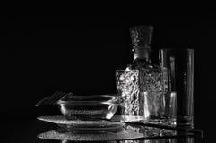 玻璃和金属利器,在黑暗的背景的强光 免版税库存照片