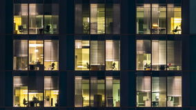 玻璃和钢照明设备和人多层的大厦的窗口在timelapse内 股票录像