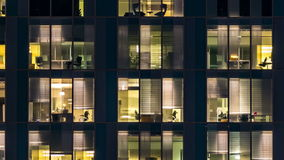 玻璃和钢照明设备和人多层的大厦的窗口在timelapse内 股票视频