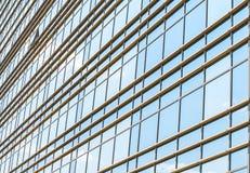 玻璃和钢现代门面与开窗口反射的天空 免版税图库摄影