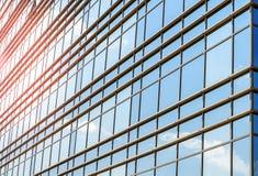 玻璃和钢现代门面与开窗口反射的天空 免版税库存照片