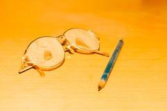 玻璃和铅笔 免版税库存图片