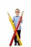 玻璃和bowtie摆在的愉快的男孩全长与一支巨大的铅笔 培训的概念 查出在白色 库存图片