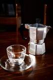 玻璃咖啡杯和葡萄酒咖啡壶在黑暗的木桌上 免版税库存照片