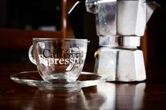 玻璃咖啡杯和葡萄酒咖啡壶在黑暗的木桌上 免版税库存图片
