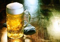 玻璃啤酒杯用金黄强麦酒或草稿 免版税库存图片