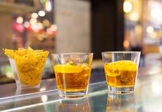 玻璃喷与橙色切片的开胃酒鸡尾酒 免版税库存图片