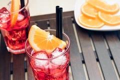 玻璃喷开胃酒与橙色切片和冰块的aperol鸡尾酒 免版税库存图片