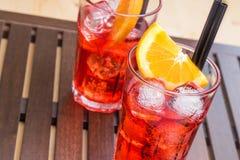 玻璃喷开胃酒与橙色切片和冰块的aperol鸡尾酒 库存照片
