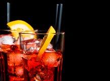 玻璃喷开胃酒与橙色切片的aperol鸡尾酒和与空间的冰块文本的 库存图片