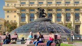 玻璃圆屋顶由圣乔治雕象加冠了 股票视频