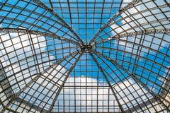 玻璃圆顶屋顶反对蓝天 免版税图库摄影