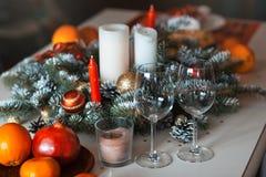 玻璃在圣诞节桌上 免版税库存照片