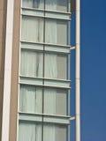 玻璃现代建筑学金属门面作为背景的 免版税库存图片