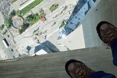 玻璃地板,加拿大国家电视塔,多伦多,加拿大 免版税库存照片
