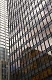 玻璃大厦,摩天大楼在中间地区,在有反射和蓝天的曼哈顿 库存图片
