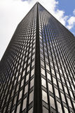 玻璃大厦,摩天大楼在中间地区,在有反射和蓝天的曼哈顿 图库摄影
