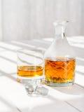 玻璃威士忌酒的蒸馏瓶和的岩石 免版税库存图片