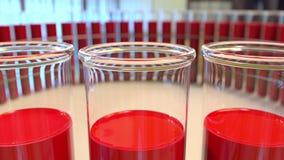 玻璃小瓶圆环有血液或红色液体的 化工或医学实验室概念 3d翻译 库存照片