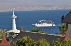 玻璃小船的访客在珊瑚海滩自然保护在埃拉特, 库存照片