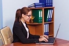 玻璃工作的由膝上型计算机,企业概念妇女 免版税库存照片