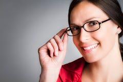 玻璃微笑的佩带的妇女 图库摄影