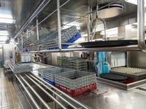 玻璃机架在商业洗碗盘行为厨房里 免版税库存图片