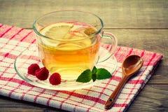 玻璃杯子与切片的绿茶柠檬,薄菏叶子, fres 库存图片
