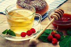玻璃杯子与茶碟的绿茶和切片柠檬,地方教育局 免版税库存照片