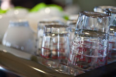 玻璃杯子和陶瓷杯子 库存图片