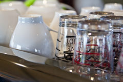 玻璃杯子和陶瓷杯子 库存照片
