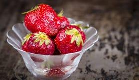 玻璃板草莓 库存图片