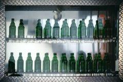 玻璃架子酒吧 免版税库存照片