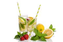 玻璃柠檬水 柠檬和薄菏,草莓 免版税库存图片